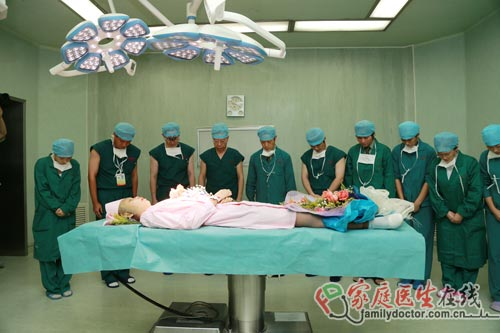 卫生部副部长姚洁夫为器官捐献者默哀